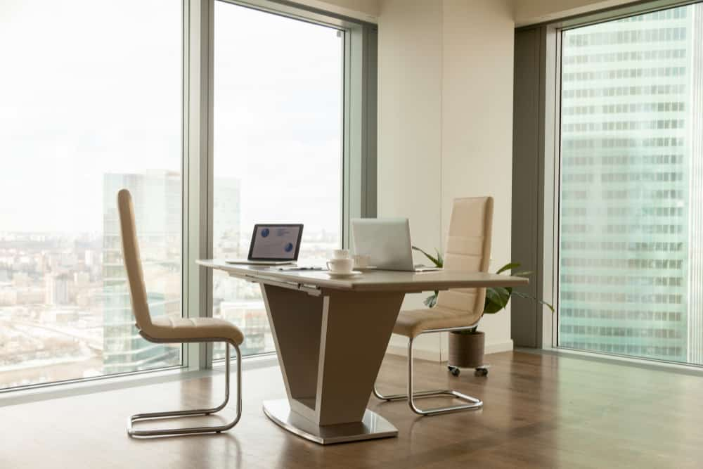 modern company manager workplace bright office בוררות או יישוב סכסוכים - באיזה מהפתרונות עדיף לבחור?